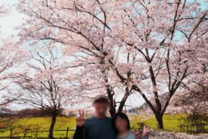 満開の桜と夫婦