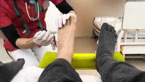 左足から膿みを出してくれています